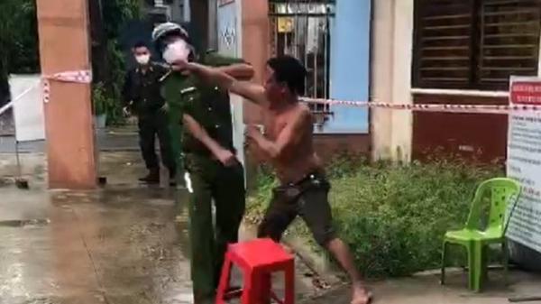 Clip: Người đàn ông thẳng tay đấm công an vì bị nhắc đeo khẩu trang