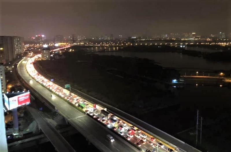 Sinh viên quay trở lại Thủ đô, xe cộ di chuyển từ Thái Bình và các tỉnh ùn tắc hàng giờ ở đường trên cao trong đêm