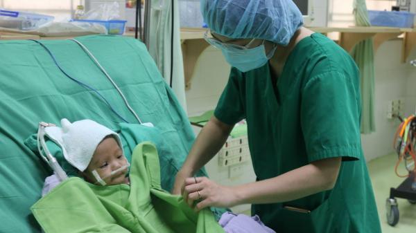 Cần Thơ: Phẫu thuật miễn phí cứu sống bệnh nhi 1 tuổi mắc bệnh tim nặng