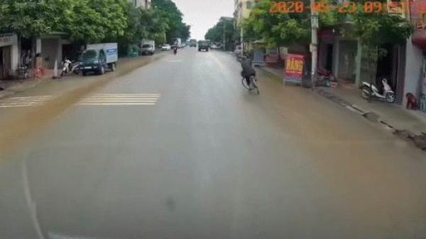 Clip: Tài xế phản xạ xuất thần, cứu mạng cụ ông đi xe đạp tự ngã trước đầu xe