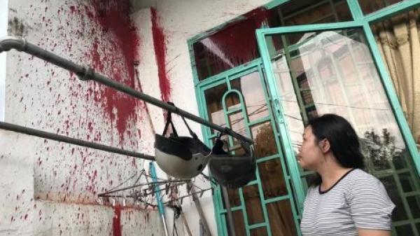 Gia Lai: Tố cáo sai phạm, một phụ nữ bị ném sơn trộn mắm tôm vào nhà