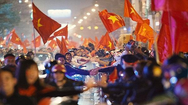 """Nữ phóng viên Nhật """"ngả mũ"""" khi chứng kiến cách ăn mừng U23 của người Việt Nam: Đêm qua quậy tưng bừng vậy mà sáng ra vẫn khoẻ khoắn đi làm!"""