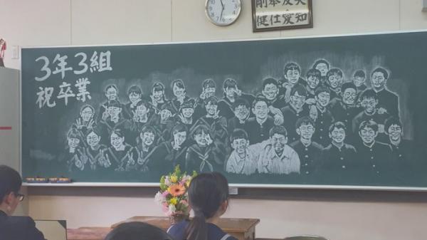 Cô giáo thức suốt 14 tiếng để vẽ chân dung cả lớp lên bảng khiến dân mạng vô cùng xúc động