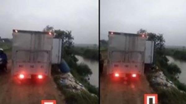 Ôtô chở cả xe rác vô tư đổ xuống sông ở Hưng Yên