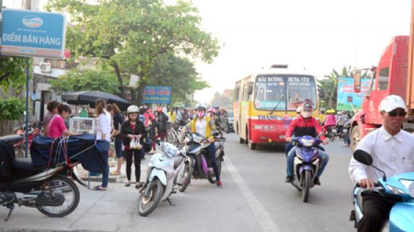 Hưng Yên: Chợ mới bỏ hoang, dân ra đường họp chợ cóc