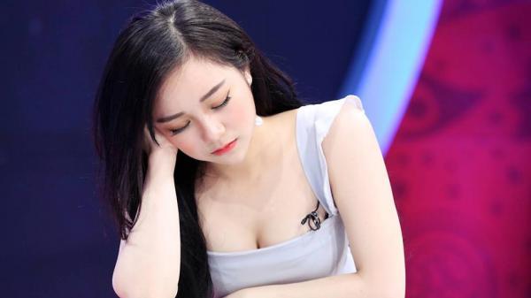 """Hot girl 'ngủ gật' ở Hưng Yên vẫn nóng bỏng trên trường quay VTV khiến nhiều người """"săn lùng"""""""