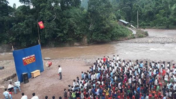 Xót xa hình ảnh khai giảng ngoài trời, bên cạnh dòng nước lũ của học sinh vùng cao