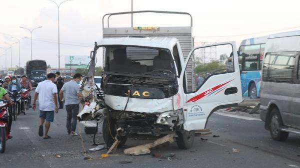 Tai nạn ng hiêm trọng: Hàng loạt xe đ âm nhau liên hoàn, tài xế văng ra ngoài t ử v ong