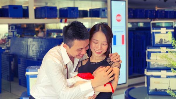 Đại gia Minh Nhựa lần đầu tiết lộ hình ảnh thành viên mới của đại gia đình, cười tươi rói xác nhận lên chức ông ngoại khi chưa 40