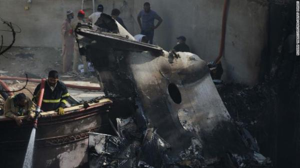 Tiết lộ nội dung cuộc gọi cuối cùng của phi công trước khi máy bay Pakistan chở hơn 100 người lao xuống khu dân cư