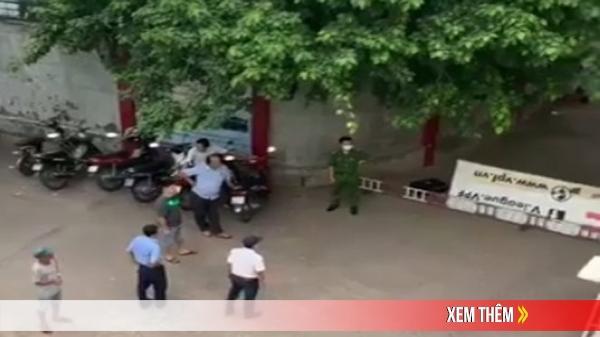 Phá cửa căn phòng dưới khán đài sân vận động, phát hiện thi thể người đàn ông đã chết nhiều ngày