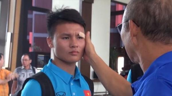 Quang Hải phụng phịu để HLV Park Hang Seo dán lại vết thương ở mắt