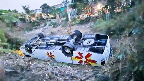 Xe khách lật ngửa khiến 7 người bị thương