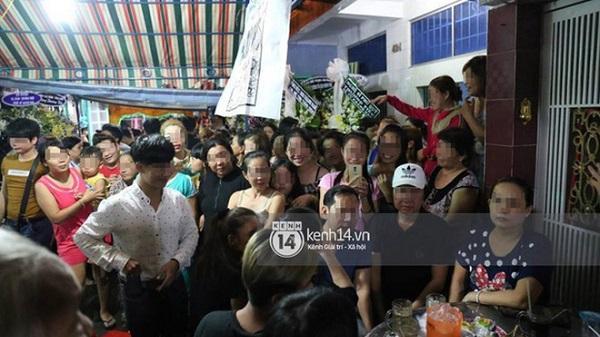 Phản cảm đám đông hiếu kì, liên tục xin chụp ảnh nghệ sĩ trong đám tang của danh hài Khánh Nam