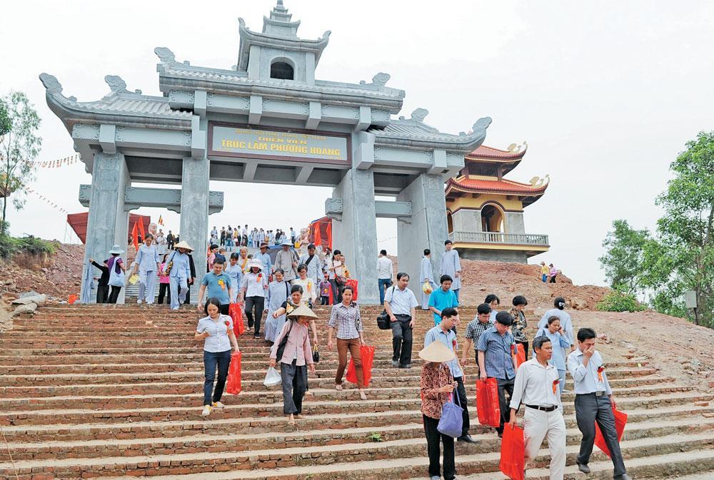 Thiền viện Trúc Lâm Phượng Hoàng trên dãy núi Nham Biền thu hút đông đảo du khách thập phương.