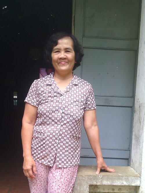 Bà Trương Thị Thi chia sẻ về những ngôi mộ cổ. Ảnh: Vietnamnet.