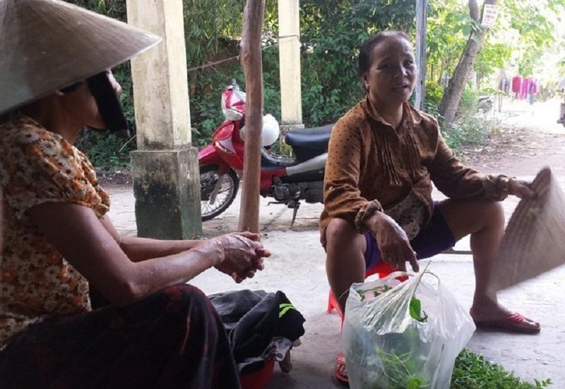 Phụ nữ làng Công Lương thảnh thơi chuyện trò vì chẳng phải lo việc đồng áng