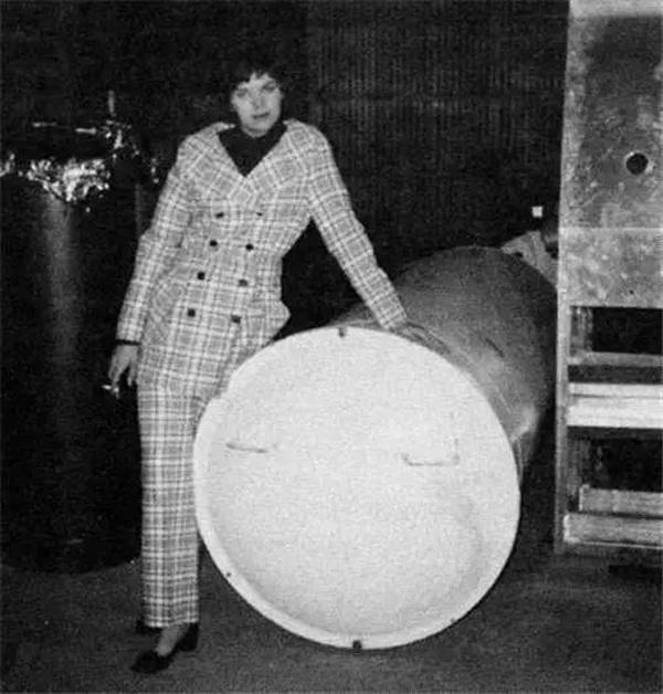 Cecilia Bedford (con dâu của Tiến sĩ Bedford) bên bể chứa thi hài bố chồng vào tháng 4/1970.