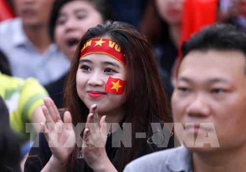 Không khí cổ động cho đội tuyển bóng đá U23 Việt nam tại NVH Thanh Niên (Tp Hồ Chí Minh). Ảnh: Quang Nhựt – TTXVN
