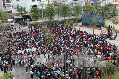 Người dân Đà Nẵng xem và cổ vũ U23 Việt Nam thi đấu qua màn hình Led lớn tại điểm công cộng trên đường Nguyễn Văn Thoại. Ảnh: Trần Lê Lâm - TTXVN