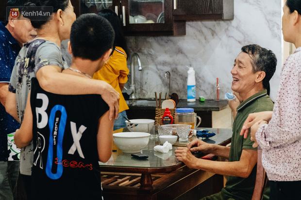 Ông nội Bảo (áo xanh góc phải) chia sẻ niềm vui với người dân.