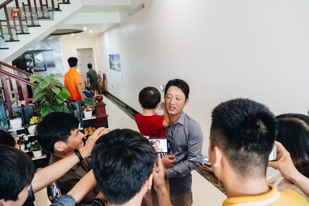 Anh Hưng chia sẻ với báo chí sau khi tìm lại được con trai.