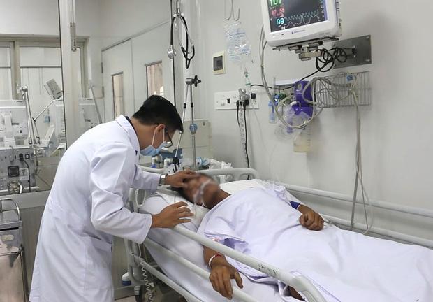 Anh T. thời điểm nằm ở khoa Bệnh Nhiệt đới Bệnh viện Chợ Rẫy. Ảnh: AM/Báo Pháp luật TP.HCM