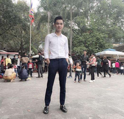 """Phan Văn Giáp là """"nam thần"""" nhỏ tuổi thứ hai trong nhóm. Anh sinh năm 1994, thích đi du lịch và nuôi động vật. Chàng trai 9x không chỉ sở hữu gương mặt điển trai mà còn được đánh giá là người thẳng thắn, vui vẻ và dễ gần."""