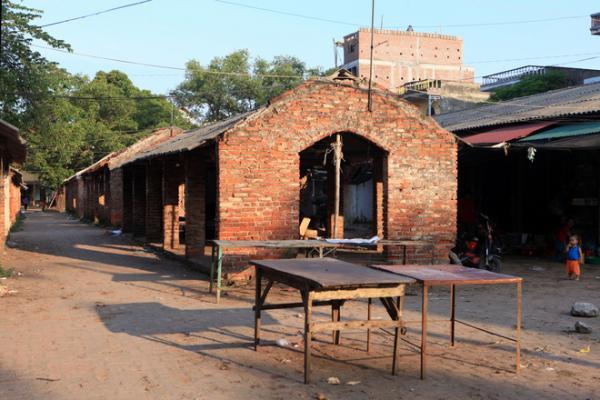 Chợ Nôm nằm ở phía đông bắc, cách làng một con sông. Chợ họp tháng 12 phiên,   Xưa kia, chợ là một trong những trung tâm điều tiết nhịp sống của một làng buôn đồng nổi tiếng.