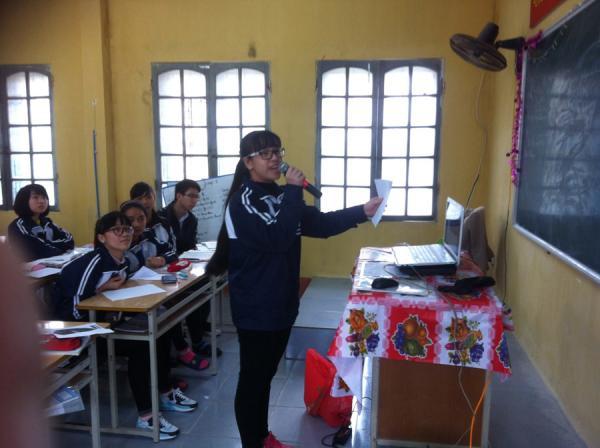 Những học trò trường làng Đức Hợp tự tin phát biểu và thuyết trình trong những giờ học tiếng Anh của cô Thúy
