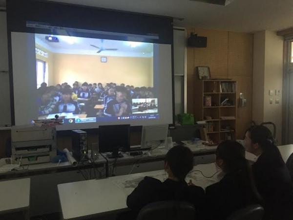Học trò của cô Thúy đang kết nối với một lớp học ở Nhật Bản