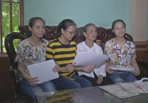 3 chị em sinh ba và bà nội