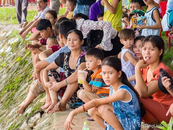 Dù trời nắng nóng nhưng đông đảo khán giả đến cổ vũ cho cuộc thi
