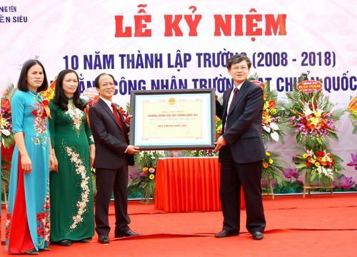 Thừa ủy quyền của Chủ tịch UBND tỉnh, ông Nguyễn Duy Hưng – Phó Chủ tịch UBND tỉnh Hưng Yên trao Bằng công nhận Trường Chuẩn Quốc gia cho Trường THPT Nguyễn Siêu.