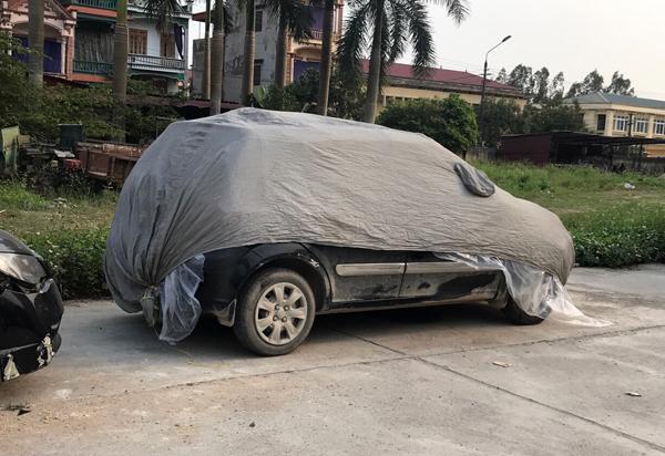 Chiếc xe gây tai nạn đã được che chắn bảo quản tại Công an huyện Tiên Lữ