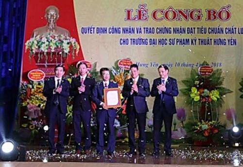 Ông Nguyễn Xuân Hải trao giấy chứng nhận cho Ban giám hiệu và Chủ tịch Hội đồng Trường Đại học Kỹ thuật Hưng Yên.
