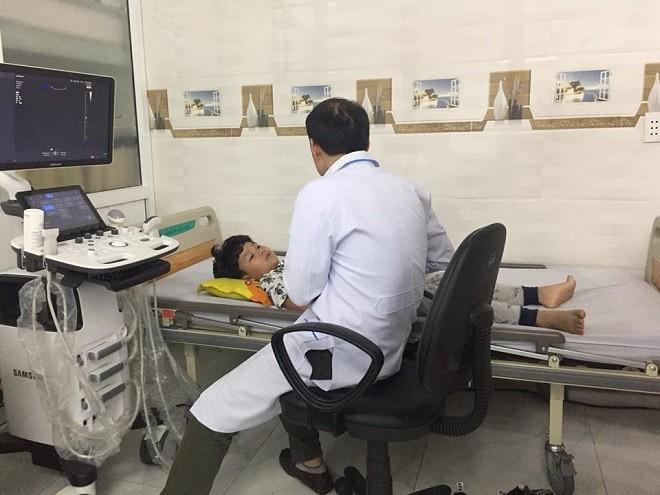 Vì bị suy nhược cơ thể và sốc tâm lý, Hữu Khang vẫn đang được truyền nước tại bệnh viện gần nhà.