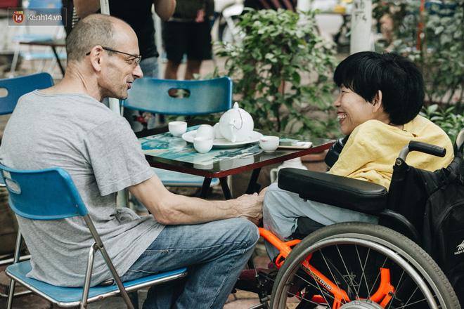 Anh Neil Bowden Laurence và chị Nguyễn Thị Vân.