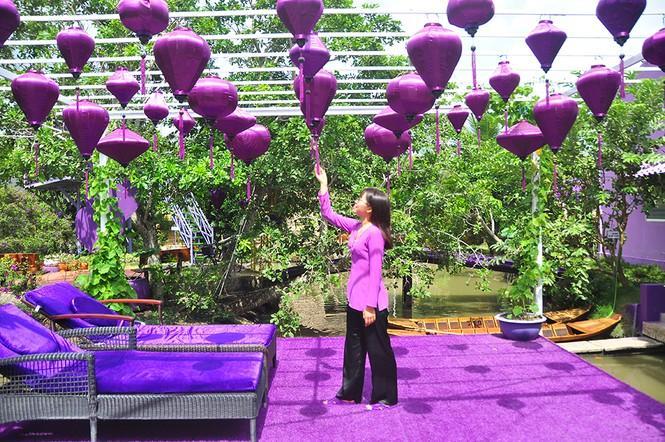 Chủ nhân của căn nhà độc đáo là chị Huỳnh Thị Hồng Sen ở phường Tân Phú, quận Cái Răng, TP Cần Thơ. Từ cổng nhà, tường nhà, mái ngói đến cả cây cầu bắc qua ao cá đều được sơn màu tím vô cùng nổi bật.
