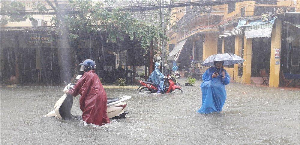 Đường phố tại Hội An ngập trong biển nước do mưa to