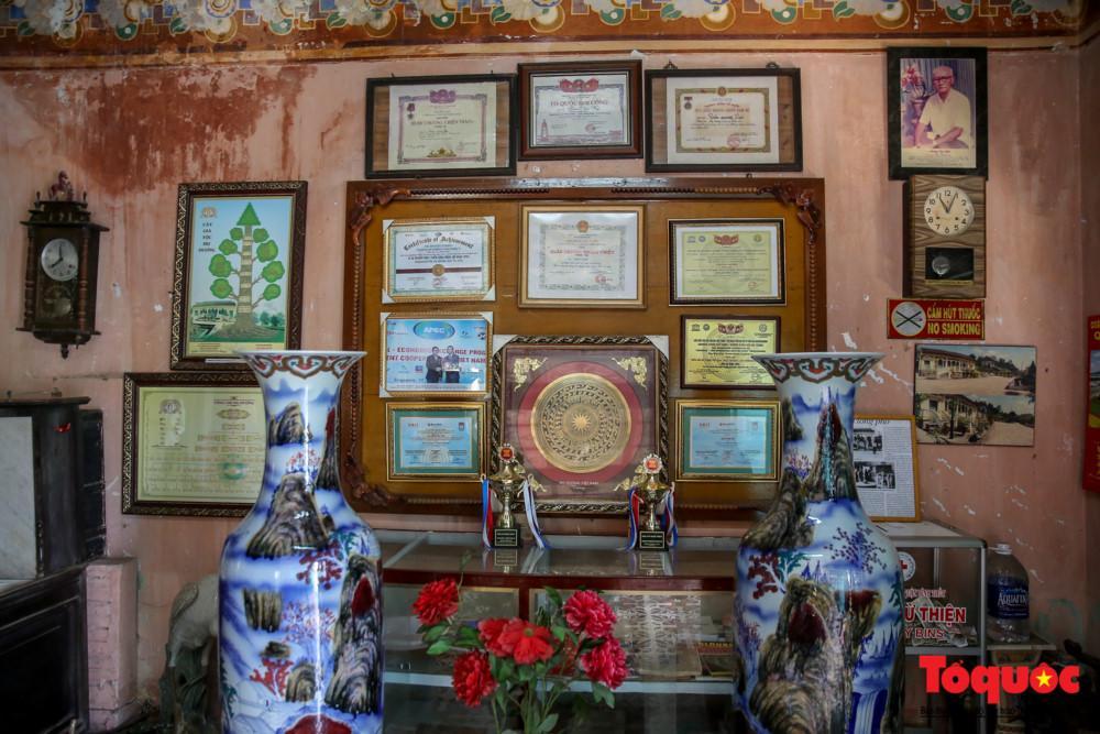 Nhà cổ Bình Thủy còn được ví như một nơi lưu giữ những món đồ cổ quý giá hơn một thế kỷ qua.