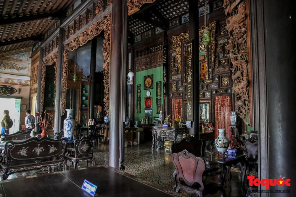 Nơi trang trọng nhất tại gian giữa của ngôi nhà là bàn thờ, khán thờ tổ tiên ông bà được sơn son, thếp vàng.
